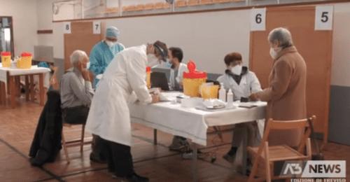 """Vaccini: il disastroso piano dell'Italia che agli over 80 chiede il """"click day"""""""